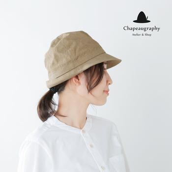 倉敷美観地区にある帽子ブランド「Chapeaugraphy」の綿麻チロルハットは、デイリーにもアウトドアにも活躍してくれる頼りがいのあるプレーンさ。細身のシルエットが被るだけでおしゃれな印象に。