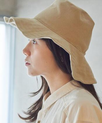 さらりと心地よい肌触りの綿麻キャンバス地のつば広帽は、日差しを避け通気性もしっかりと。折りたためるので、カバンにひとつ入っていると便利。