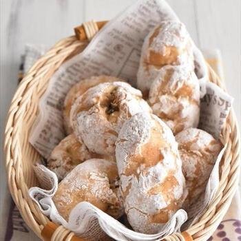 冷やごはんはパン作りにも使えます!ホットケーキミックスを使うと、発酵なしで手軽に作れますよ。ごはんはスプーンで潰すのがポイント。しっかりとしたハード系のパンは、バターやジャムをつけて召し上がれ♪