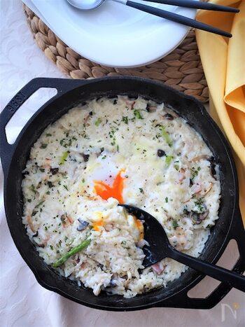 余ったごはんのリメイクで人気なのがリゾット。ごはんを牛乳で煮込むことでパサつきが気にならず、しっとりと口当たりに。ベーコンやきのこの旨みとチーズと卵のクリーミーさで、何度でも食べたくなります。