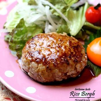 冷やごはんは、肉のかさ増しとして使うと便利。豚挽き肉にごはんを混ぜ合わせたハンバーグは食べ応え満点です。ごはんをしっかり練り潰すことで肉とよく混ざり、もちっとした食感に仕上がります。