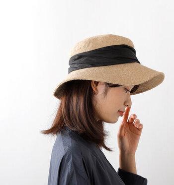 大人のカジュアルをテーマに普段使いしやすい物を選んだ帽子のブランド「mature ha.(マチュアーハ)」。ナチュラルな空気感が素敵なジュートドレープワイドハットです。