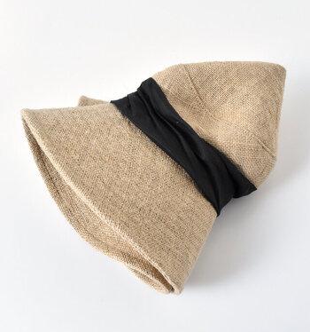天然素材のジュートの生地に、ぐるりと巻かれたリネンが魅力的。とても軽く、帽子を被るわずらわしさを感じさせないほど。折りたためば小さくなるので旅行などの持ち運びにも便利です。
