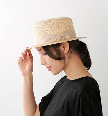 温かみのあるハンドメイドで個性豊かなアイテムを展開する岡山の帽子ブランド「Chapeaugraphy (シャポーグラフィー)」。こちらは、大き目のベージュのリボンが女性らしい雰囲気のバオカンカン帽。