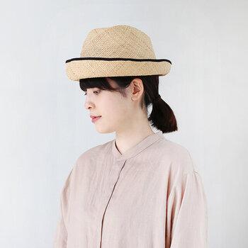 シンプルながらも細部にこだわった帽子作りを行う「Nine Tailor(ナインテーラー)」。こちらは、天然素材のラフィアを使用した軽やかなハットです。