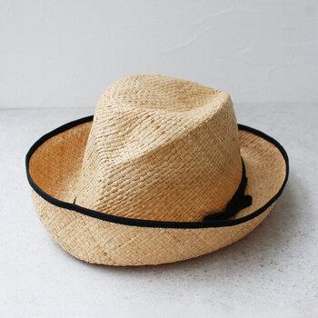 どこかメンズライクな雰囲気が漂う中折れ帽。コンパクトに折りたたむこともできます。エッジにグログランリボンでパイピングを施すことで、輪郭が強調されスタイリッシュな印象に。