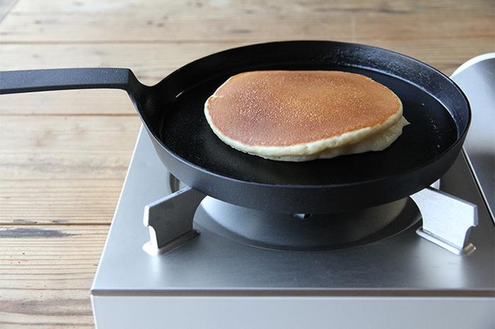 浅めのタイプの「シャロウパン」は、曲線のラインが美しい長めの持ち手が魅力的。ふわふわのパンケーキや魚や肉のソテーなど、きれいな焼き目をつけて仕上げる料理に最適。φ215(深さ21)mm、重さは約1355gと、浅いぶん「ワンハンドパン」より軽くなっています。