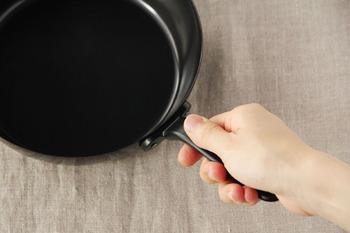 片手で握ってちょうどのサイズの取っ手は、鉄シリコン加工が施されているので、滑りにくく持ちやすさも抜群。さらに取っ手が短めなので、フライパンごとオーブンに入れられて、収納の際、場所もとらずにすみます。