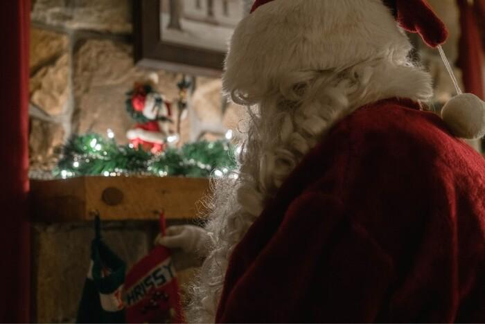 サンタと少年のやり取りにちょっぴり笑えて、最後にはちょっぴり泣ける…子供の頃のピュアな気持ちを思い出させてくれるような、ほっこりする映画です。クリスマスイブのパリの街並みや音楽も素敵ですよ。