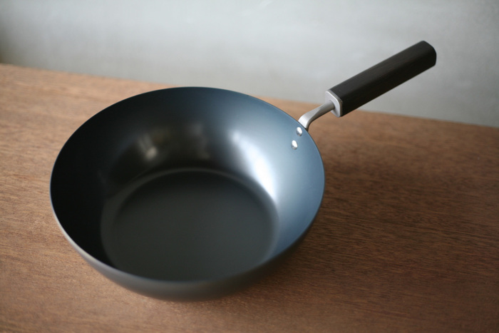 Ø242xD400xH135、重さ: 870gの深型。深さ7.6cmと深めなので、チャーハンや野菜炒め、揚げ物にも使えて便利。もちろん浅型値と同じくお手入れのしやすさも抜群です。