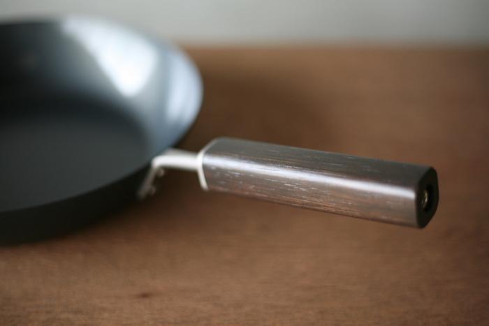 お手入れのしやすさだけでなく、持ち手の部分も腐食しにくい竹の集成材が使われており、手によく馴染みます。鍋の部分は外周の立ち上がりを鉄を延ばしながら丸めていくスピニング加工が施されているので、軽めで扱いやすさも抜群です。浅型と深型があり、こちらの浅型は、Ø242xD397xH115で重さ: 820gとほどよいサイズで、普段使いに最適。
