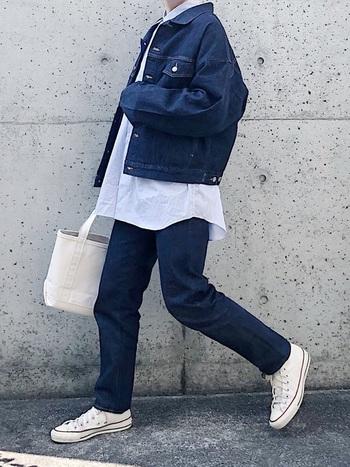 デニムジャケットとデニムパンツ、上下を同じブランドで揃えることでセットアップ風コーデに。白シャツはあえて出しラフに着こなすのが正解。キャンバスバッグやキャンバススニーカーを白でまとめて爽やかに楽しんで。