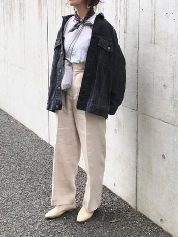 白シャツ×ベージュパンツに、ビッグシルエットの黒デニムジャケットを合わせたコーディネート。メンズライクになり過ぎないよう、細身のパンプスや首元のスカーフ使いで女性らしい印象をプラスしています。