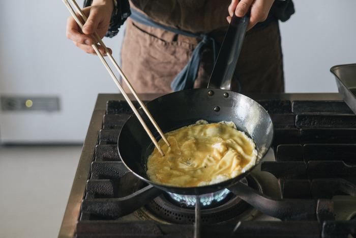 使い始めの頃は多めに油を敷いて使いますが、使っているうちに油が馴染んでくるので、徐々に少ない量で焦付かなくなります。それだけでなく、料理の美味しさも増すようになり、何年も丈夫なまま使えるのも、鉄のフライパンを使う楽しみの一つです。