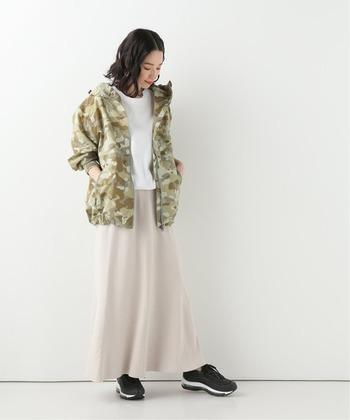人とあまり被りたくないという方は、柄物もおすすめです。白×ベージュのスカートスタイルに、カモフラージュ柄のマウンテンパーカーを羽織って。メンズライクな柄も淡い色合いで優しい雰囲気です。