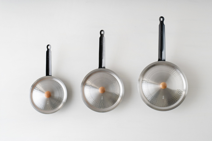 フタのサイズは、15cm、18cm、21cm、24cmと揃っており、例えばキングパン(画像左から) 18cm、22cm、24cm。ゆき平鍋用のフタ(画像左から) 18cm、21cm、24cmと、同じサイズを使った場合、しっかりとフライパンをフタが覆います。