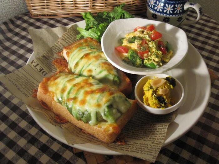 こちらのレシピは、マヨネーズを塗った食パンにアボカドとチーズをのせて、アクセントに薫製風味の塩・コショウを振りかけています。初めてアボカドトーストを作る人は、まずはシンプルな材料で作ってみるのがおすすめ。