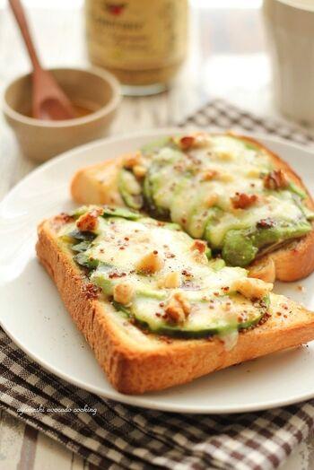 アボカドは果物なので、はちみつとも相性◎。アボカドとチーズにくるみを散らして焼き上げたら、粒マスタードとはちみつをかけて。くるみの食感・甘じょっぱい味わいが楽しいアボカドトーストの完成です。