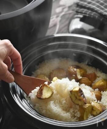 炊飯器でも土鍋でもつやつやに炊き上がる栗おこわ。生栗がないときなどには、栗の甘露煮でも作れます。一般的な炊飯モードでOKですよ。