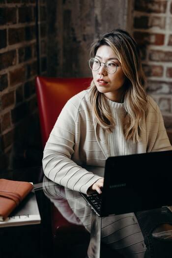 来客のたびに仕事が中断させられる、という怒りを感じている時、まずはいつも自分が来客対応しており、それによって仕事が滞っている事実を明らかにします。そして、最初から来客待ちである人が応対すれば二度手間にならないことを伝えましょう。