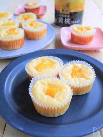 黄桃の缶詰を使用したレシピ。黄桃を飾るだけでなく、細かくして生地に混ぜ込んでいるのでダブルで美味しい♪