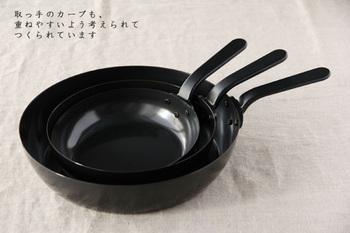 18cmは鍋高40mmで重さ:約450g。20cmは鍋高53mmで、重さ:約550g、26cmは鍋高58mmで重さ:約975gの3種類あり、どれも深めですが、取っ手にカーブがついているので、重ねて収納もできます。