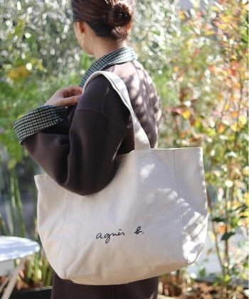 お子さんが保育園へ通うことになると、必要になるのが保育園バッグ。 バッグの中には、着替えセットやおむつ、タオルなど、その日保育園で必要となるものを入れます。 年齢が低いほど毎日の荷物は多くなる傾向が。かさばる荷物も多いのでバッグは自然と大きいものになります。