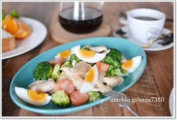 こちらの温サラダは、鶏むね肉とゆで卵入りで高タンパク質、栄養満点なレシピです。 サラダでありながら、メインのおかずにもなりそうですね。