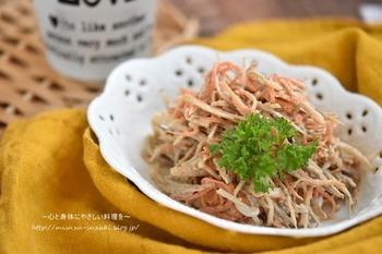 しゃきしゃき食感が楽しい美味しいごぼうサラダのレシピです。 食物繊維がたっぷりのごぼうを手軽に食べられる一品ですね。