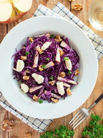 紫キャベツでぱっと華やぐお洒落な一品。 お弁当の中に入っていたら、色どりもアップして気分も明るくなりますね。