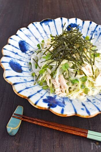 たっぷり野菜とチキンの組み合わせ。お肉入りなのにカロリー控えめでヘルシーな和風サラダです。 わさびマヨドレッシングがアクセント。 ワサビには抗菌作用もあるので、お弁当にぴったりですよ。