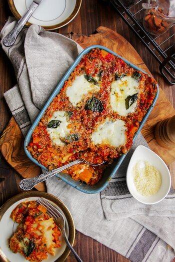 牛ひき肉にカボチャ、モッツアレラチーズ、トマト缶などで作るミートソースたっぷりのラザニア。味付けはトマトやチーズと相性の良い白だしを使っており、洋風のなかに漂う和の風味がクセになりそう。