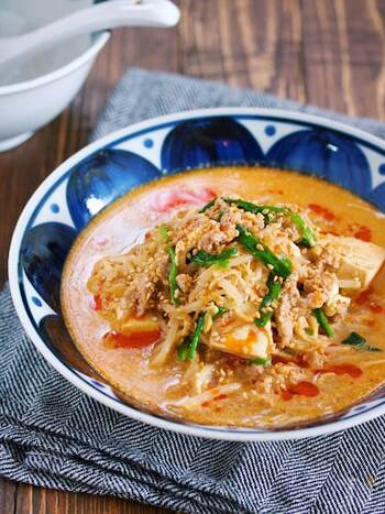 豚ひき肉、もやし、えのき、ニラ、豆腐で作るコスパも抜群のうま辛坦々スープ。コスパが良いだけでなく、作り方も、材料をお鍋に重ねたらスープを注いでフタをして10分ほど煮るだけでOK!忙しい夜に、スープを作りながら他のレシピを作れてとっても便利です。