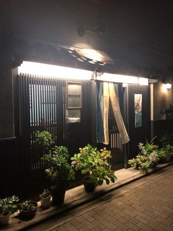 京都と言えばやはり湯葉!とイメージする方も多いのではないでしょうか?全席カウンター式のこじんまりとしたお店「清家」二条城店では、バリエーション豊かな湯葉料理がご堪能いただけます。