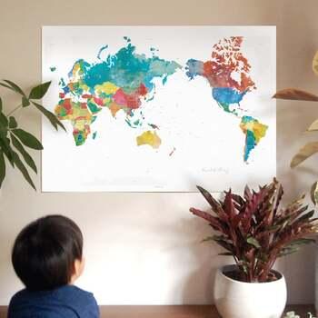 このように、カラフルな世界地図もいいですね。コルクボードなどに貼って、ピンをたてたりと、オリジナルの使い方が色々楽しめそうです。