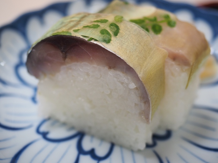 地元の方にも観光客にも愛されている「満寿形屋 (ますがたや)」の鯖棒寿司&松茸うどん。出町柳のアーケード商店街にあるお店は京都を散策していると思わず目に入る、老舗感漂うお店です。人気の定番メニューである、鯖棒寿司は薫り高く厚みのある鯖とシャリの相性抜群!
