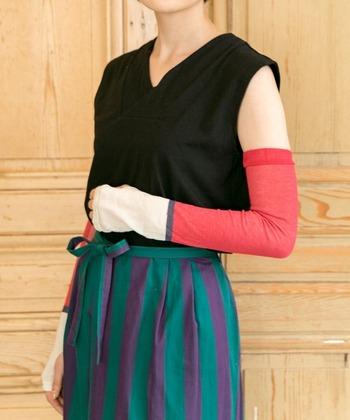 つつじのように鮮やかな赤で、和の色合いが素敵なアームカバーです。黒×紺、グレー×水色といった他の色も素敵。滑り止めが付いているので、しっかり腕に固定できます。付属の可愛い巾着ポーチに入れて、贈り物にするのも◎
