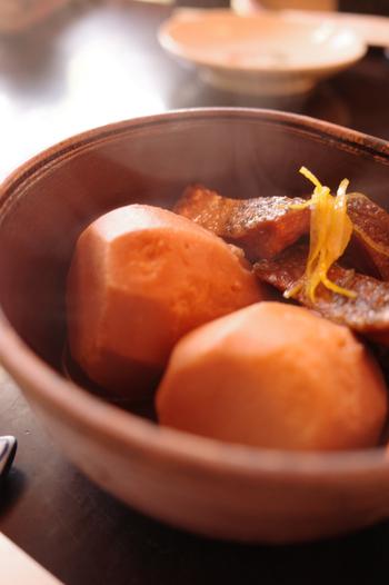 「いもぼう」とは、里芋の一種である海老芋と、棒鱈を一緒に炊き合わせたもので、江戸時代には上等品であったため日々の生活の中では食されることがなく、正月などのお祝い事や特別な機会のみに食べられていたそうです。京都でしか味わうことのできない、特別な京料理をぜひご堪能下さい♪