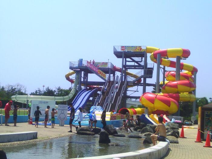 なんと東京ドームの1.5倍もの敷地を持つ「蓮沼ウォーターガーデン」は、すぐ横にある海・九十九里浜との出入りも自由に行える、千葉県最大級のプール。毎年7月~9月半ばまで営業しています。