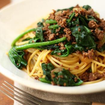 牛ひき肉、ニンニク、玉ねぎ、ほうれん草で作るスパゲティ。牛肉とほうれん草の相性も良く、彩りも◎。調味料は醤油とみりんで和風味に仕上がるので、子供からご年配の方まで美味しくさっぱりいただけそう。
