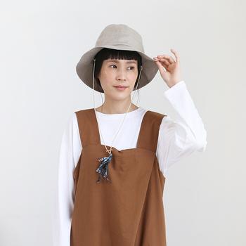 シンプルな中にもこだわりが光る帽子を作る「Nine Tailor」。リネン素材のハットは程よいエレガントさが感じられる光沢感が魅力。ストラップを取り外して、カジュアルに被ることもできますよ。