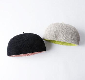 ちらりと見えるインナーカラーがおしゃれな、コットン素材のベレー帽。ころんとした丸いフォルムは、被ればこなれ感のある着こなしを演出してくれます。