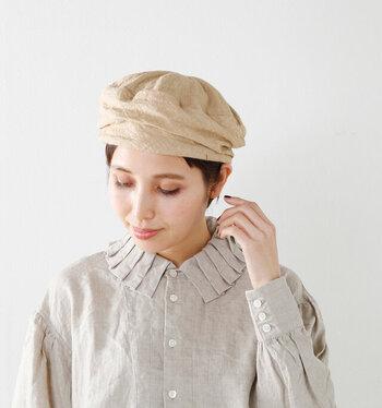 ターバンをくるりと巻いているようにも見えるターバンベレー帽は、リラックス感のあるナチュラルな雰囲気に。柔らかなリネン素材なので、頭にしっくりと馴染んでくれます。