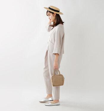柔らかで女性らしいセットアップにストローハットを合わせて、クラシカルな個性をプラス。大人っぽさの中にも夏らしい爽やかさを演出してくれます。