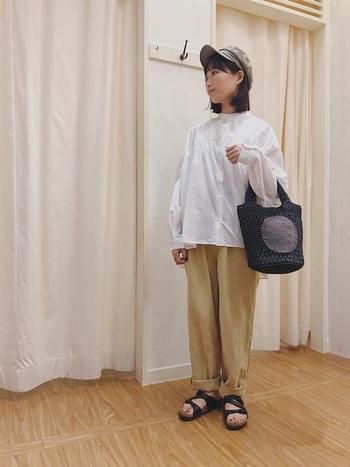 白シャツ×チノパンのシンプルで爽やかな組み合わせ。キャスケットを被れば、着こなしをピリリと引き締めて見せてくれますね!