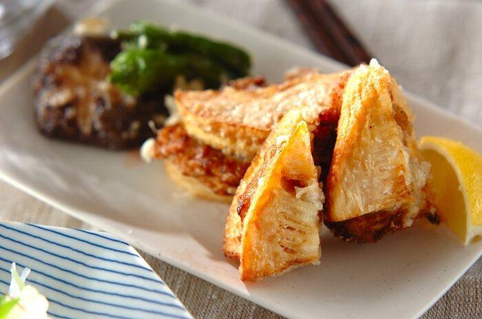 鶏ひき肉をタケノコではさんで揚げた、ボリューム満点のおかずレシピ。カラッと揚がったはさみ揚げはタケノコの食感も良く、添えられたレモンでさっぱり美味しくいただけますが、塩や粉山椒をかけても美味しく大人の味に仕上がります。