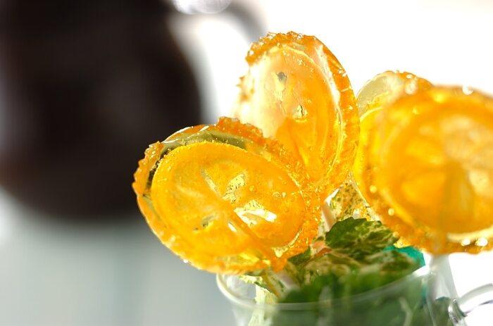 こちらはドライフルーツにしたレモンを使ったフルーツ飴です。スライスされたレモンのドライフルーツを使えば、こんなに色鮮やかに仕上げることができます。串をさしたレモンを切込み入りのアルミカップに置いて飴を注げば、丸い状態に飴がけできまうよ◎