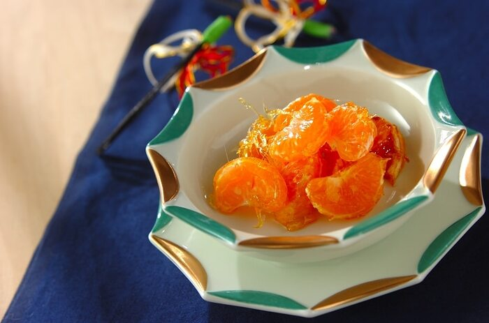 みかんは小房に分けると水っぽくならず、きれいに飴がけすることができます。横向きにスライスしてしまうと、果汁が出てしまうので、房ごと使いましょう。  オレンジ色が印象的なみかん飴には、加熱時間をすこし伸ばして淡いきつね色になるくらいまで煮詰めた飴がよく合います。