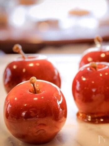 姫りんごなど、スーパーで小さなりんごを見つけたら、ぜひ作って欲しいのがりんご飴です。りんごはきれいに洗って、磨くと、表面が輝きます。飴をからめたときにも仕上がりがワンランクアップするので、きちんと下準備しておくとよいでしょう。  仕上げに竹串・割り箸などを刺せば、お祭り屋台のりんご飴風に♪お家にいながらお祭り気分を楽しめますね。