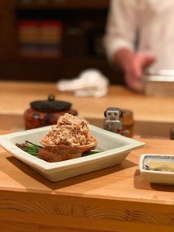 季節ごとによってメニューが変わるコース料理の中でも人気があるのが、冬シーズンの香箱蟹。蟹味噌と和えた身の下にも蟹の足がぎっしり。冬が待ち遠しいですね。  様々な産地の日本酒に合わせて大人の至福タイムを是非味わってみてくださいね。